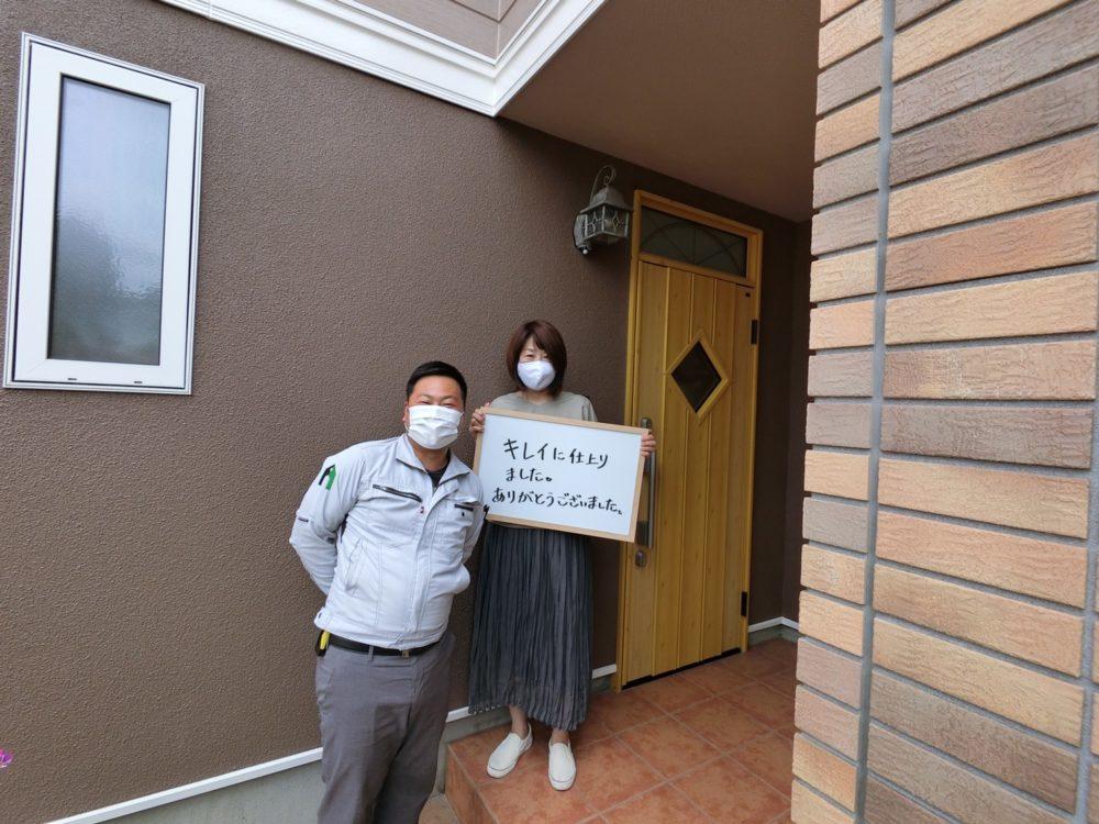 外壁塗装後に奥様と担当者と記念撮影をしました。