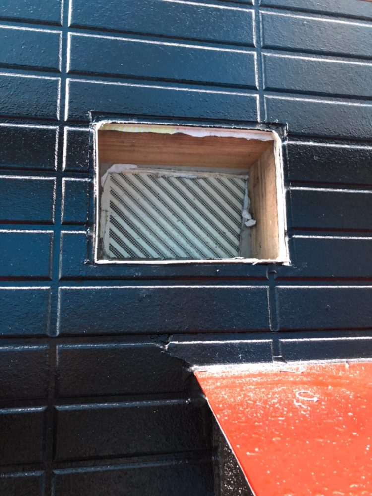 外壁塗装中に換気扇カバーの劣化を発見し施工しています。