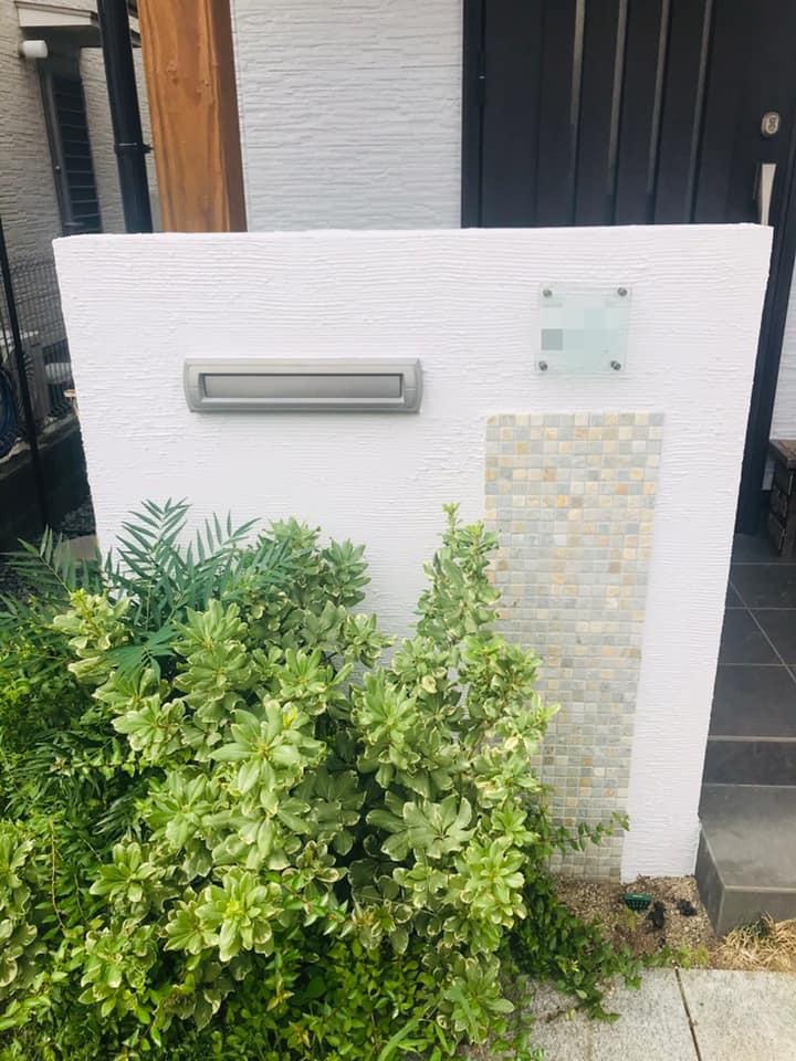 外壁塗装後の玄関アプローチもきれいな仕上がりです。