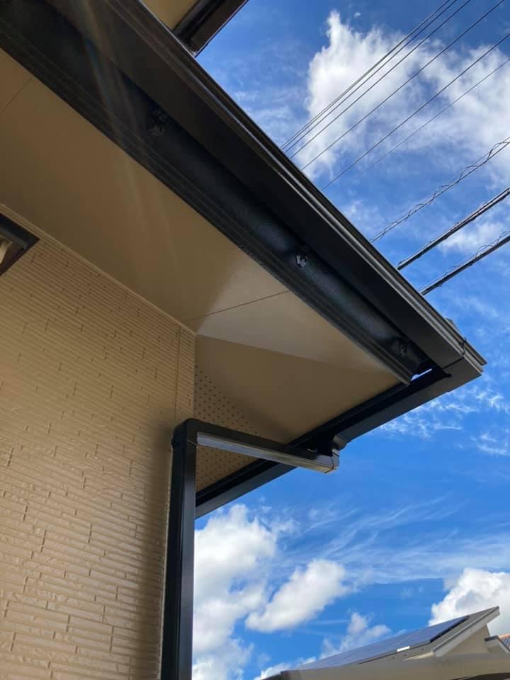 外壁塗装後は新築のようにピカピカです。青空にとても映える。鮮やかなイエローカラーです。