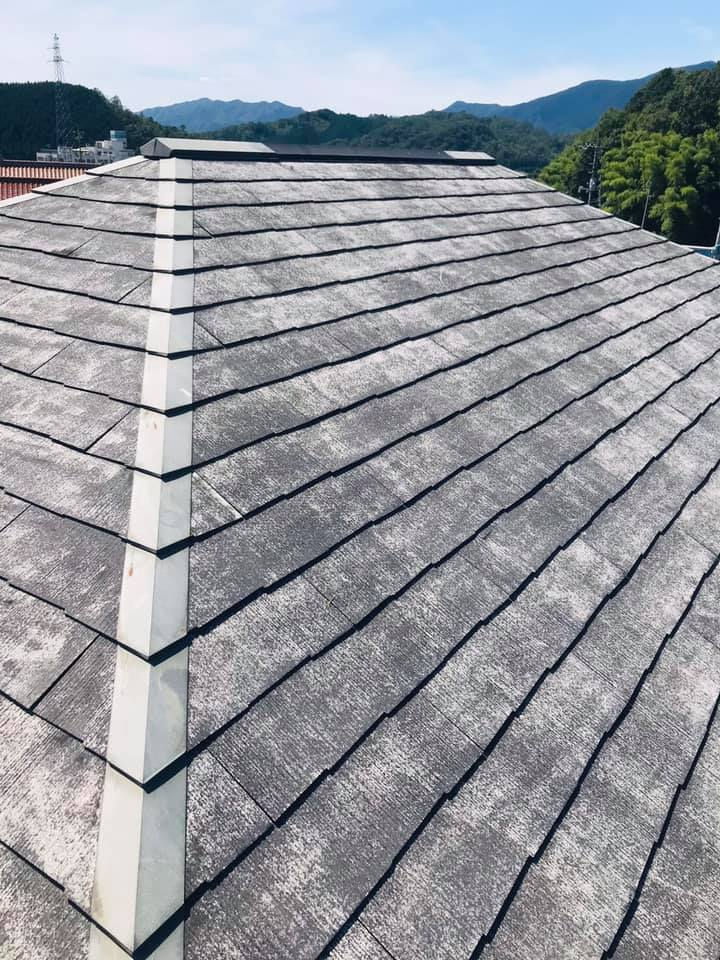 屋根塗装前に洗浄、塗装前にキレイにしておくことで、塗料もしっかりキレイに仕上がります。