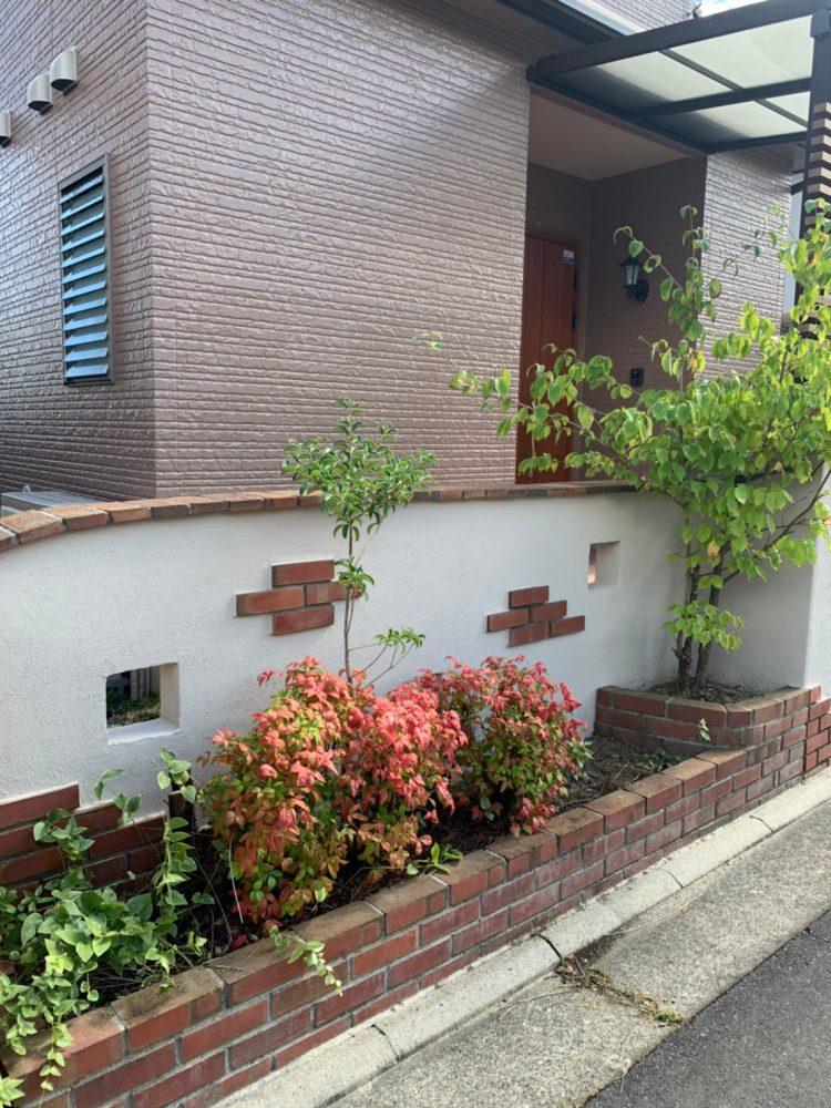 外壁塗装工事後の外塀の写真です。緑の木々もお家をいっそう引き立てています。