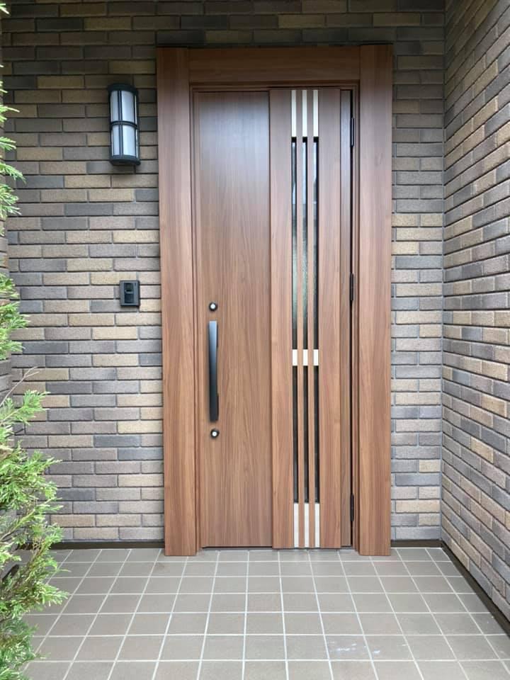 ドア交換工事、お家の顔樋てっもいいくらいのドアが新調されると新築のようです。