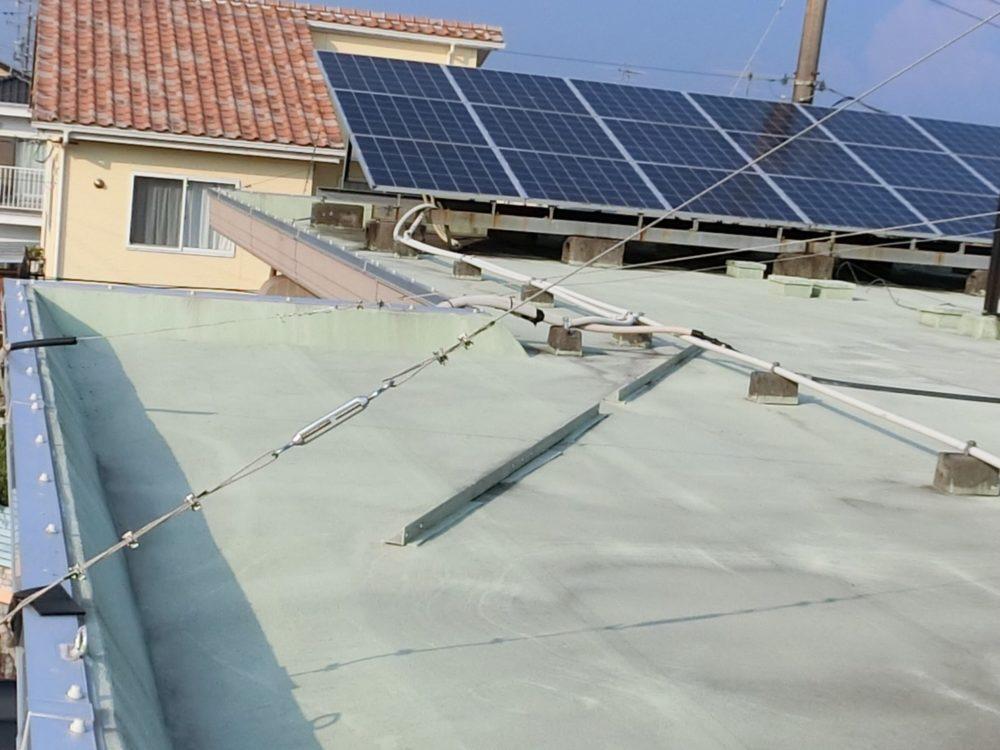 屋上トップコート前、汚れが目立ちます。防水効果も薄れています