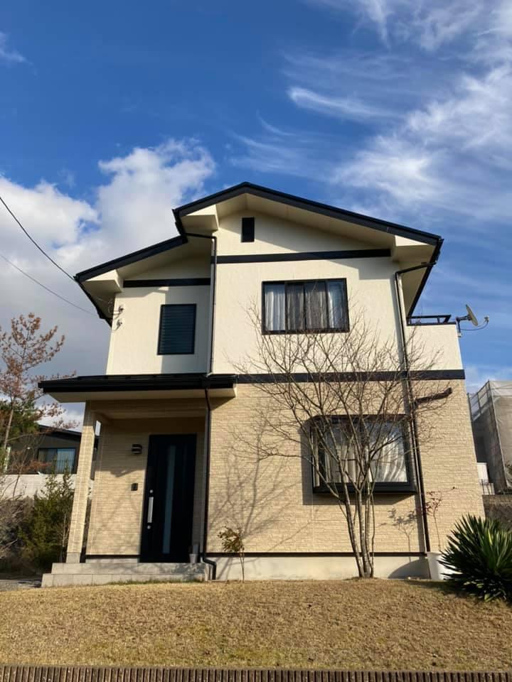 外壁屋根塗装工事後の全体写真です。青空にお家をいっそう引き立てています。