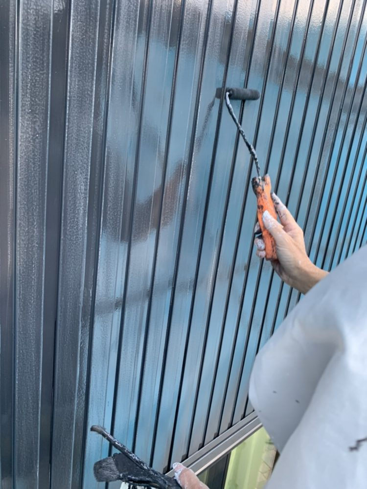 外壁塗装中、職人の手でキレイに仕上げます。ピカピカとなりました