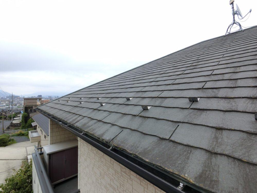 屋根塗装前は、汚れがひどいです。
