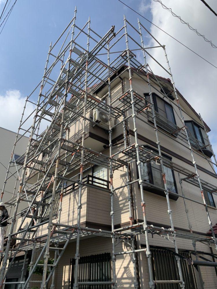 外壁塗装の前には、しかっりと足場を組み、次の作業も丁寧に施工できます。