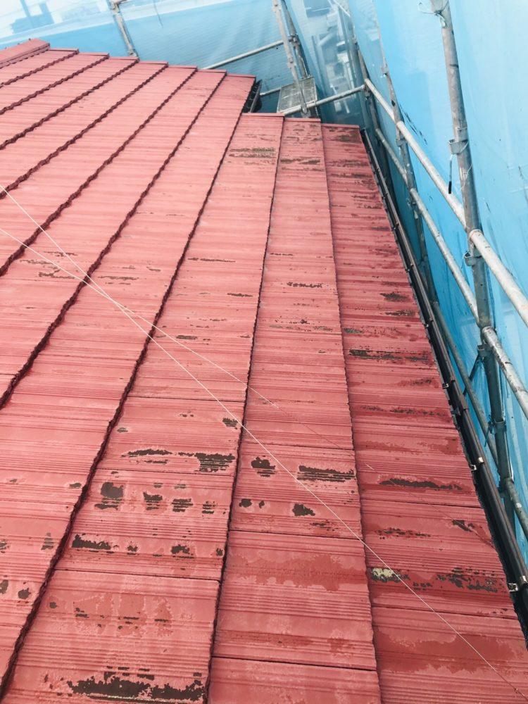 屋根塗装前、錆を落とし下塗り、中塗りをします
