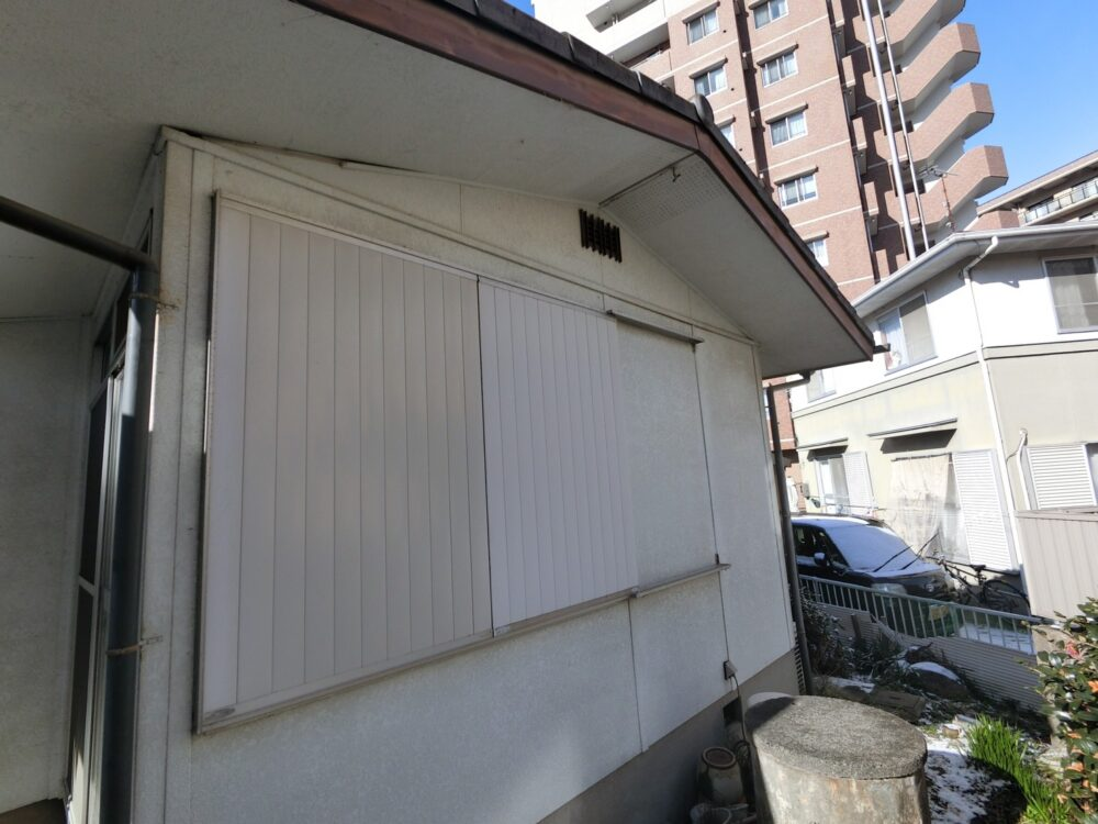 外壁塗装前、白の外壁に白の雨戸です。