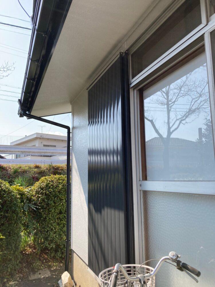 雨戸の写真です。黒く家が引き締まって見えます。塗装後はこのようにピカピカとなります。