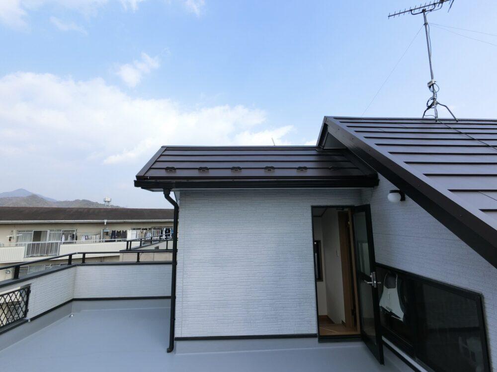 施工後写真です。屋根カバー後は新築のようです。