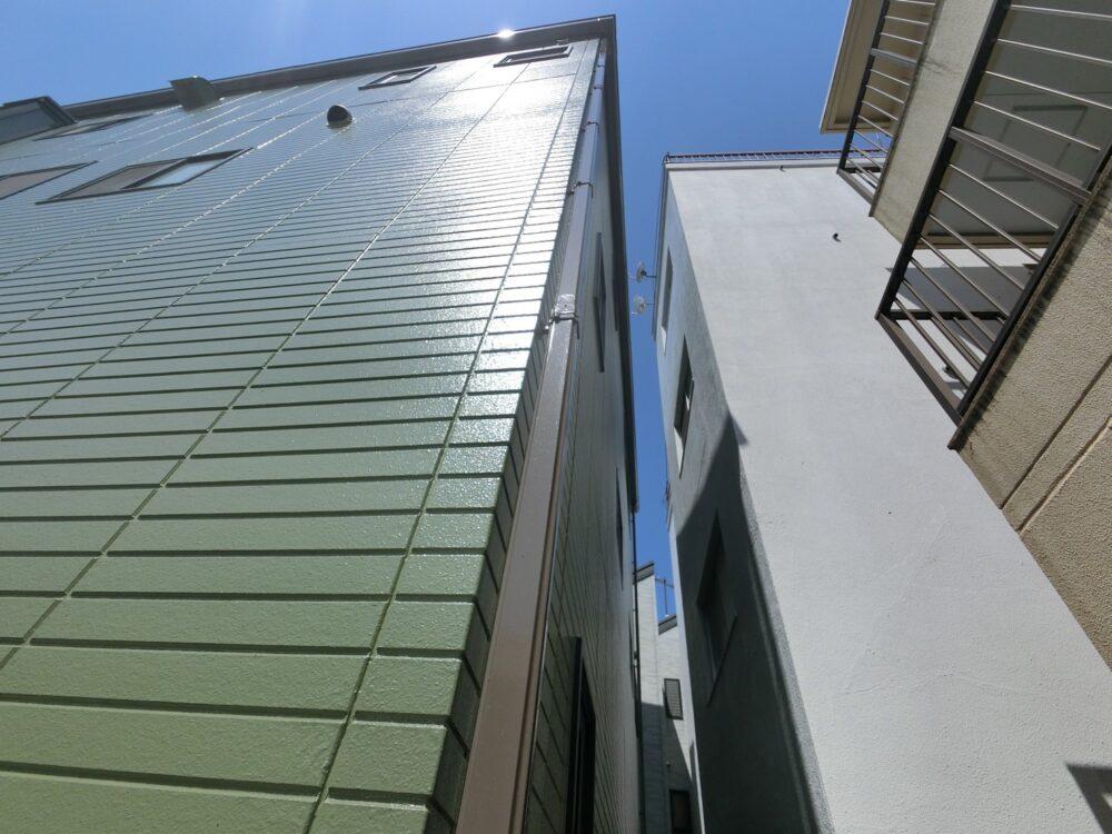 外壁塗装後は新築のようにピカピカです。青空にとても映えています