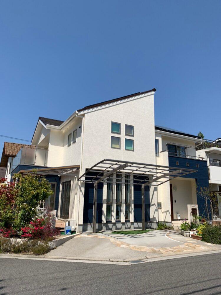 外壁塗装後は新築のようにピカピカです。青空に映える素敵なお家です。