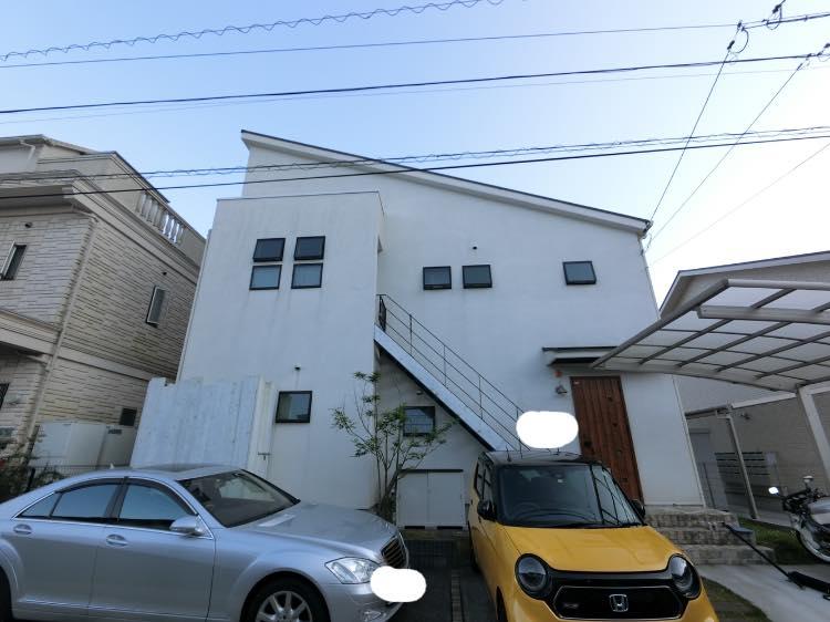 外壁屋根塗装後、ピカピカとなりました。緑に囲まれた素敵なお家となりました。