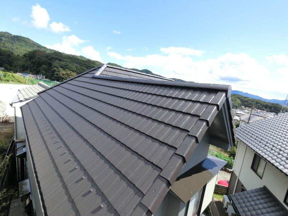 屋根塗装後、キレイに仕上がりピカピカです。